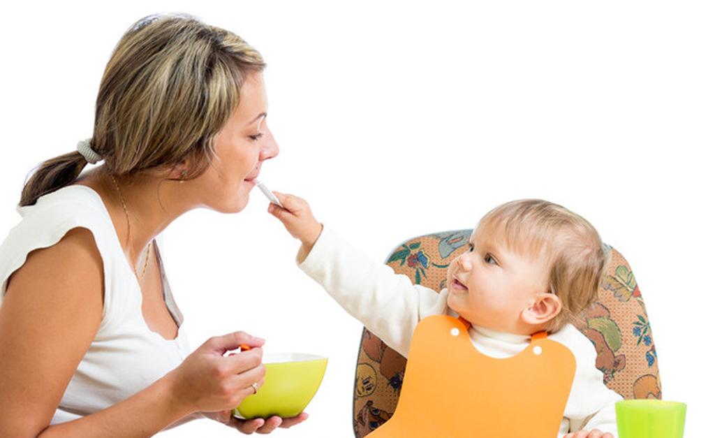 Родители передают детям бактерии через слюну