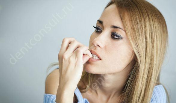 Фото: привычка грызть ногти, как причина травматизма зубов