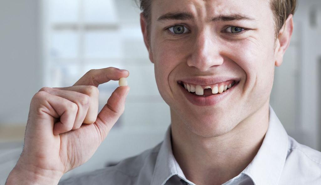 выбили зуб
