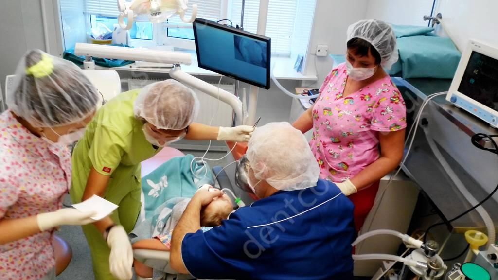 Команда специалистов следящих за состоянием поциента во время операции