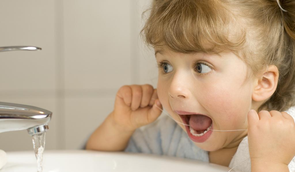 Приучение детей пользоваться флоссом уменьшит вероятность появления кариеса