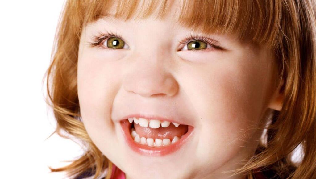У ребенка на фото выросли все молочные зубы