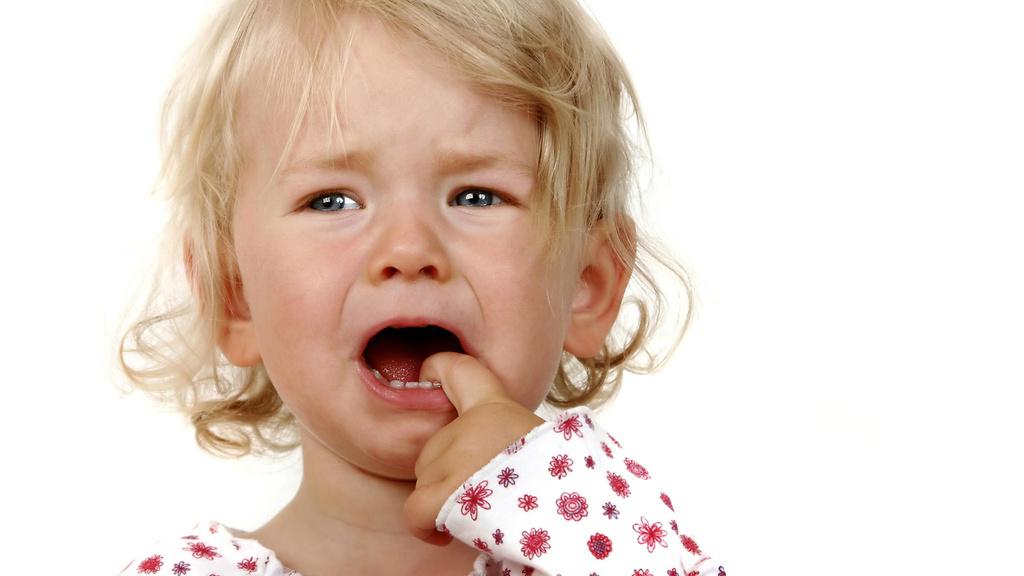 Первые признаки афтозного синдрома - это дискомфорт и раздражение во рту