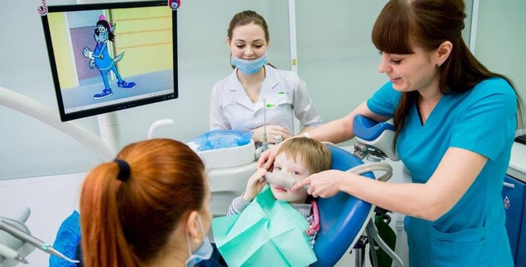 При седации ребенок совершенно не чувствует боли и способен выполнять простые просьбы врача