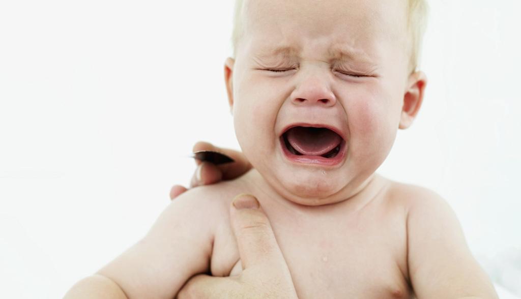 При прорезывании зубов ребенок становится беспокойным