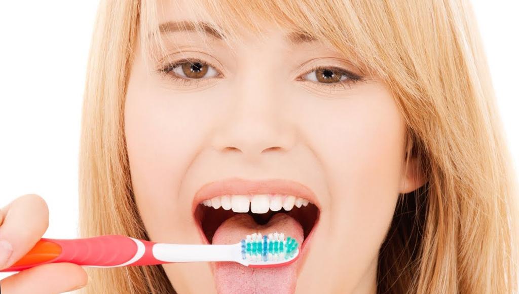 Регулярная чистка зубов и языка поможет избежать проблемы
