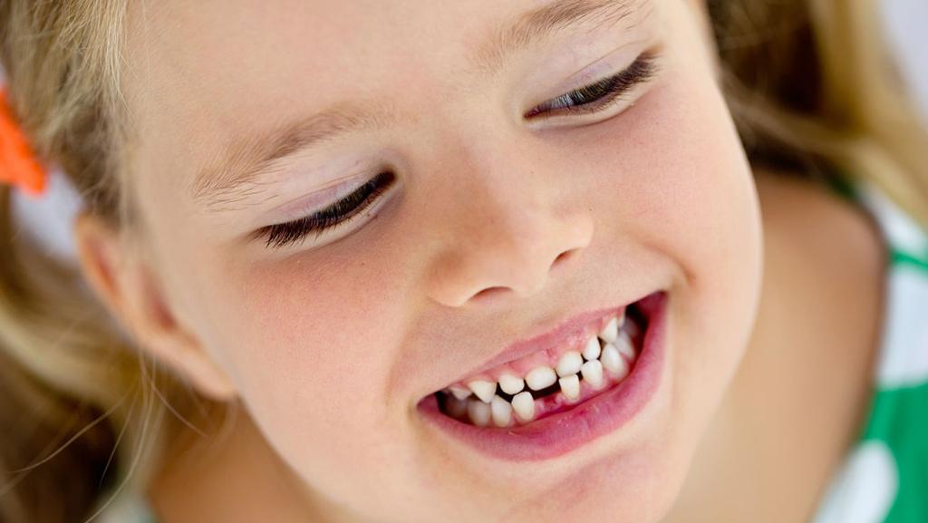 Происходит увеличение промежутком вежду зубами