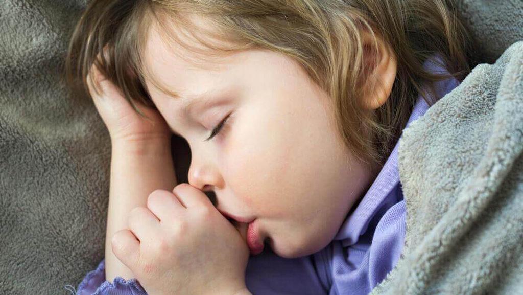 Сосание пальца в детском возрасте может сформировать неправильный прикус в будущем