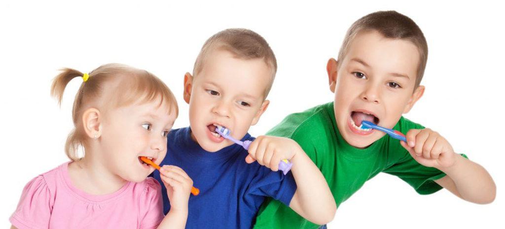С раннего возраста нужно приучать детей к гигиене полости рта
