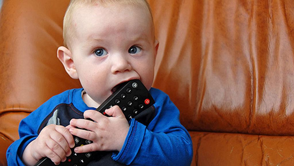Зачастую меленькие дети тянут в рот грязные предметы