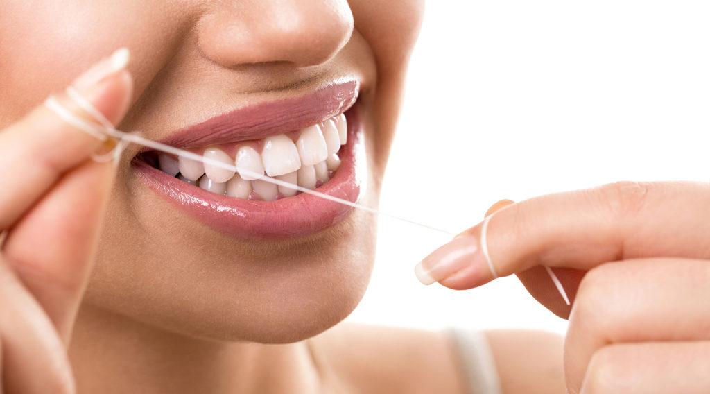 Пользование зубной нитью поможет сберечь зубы и десны здоровыми