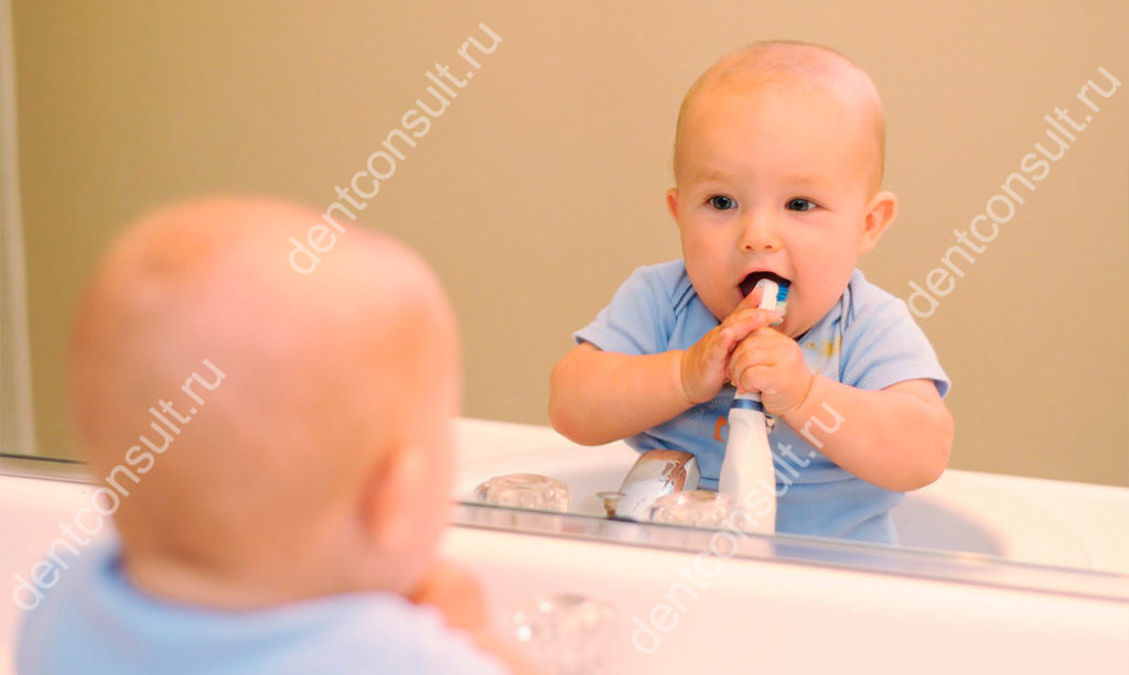 Первая зубная щетка для ребенка