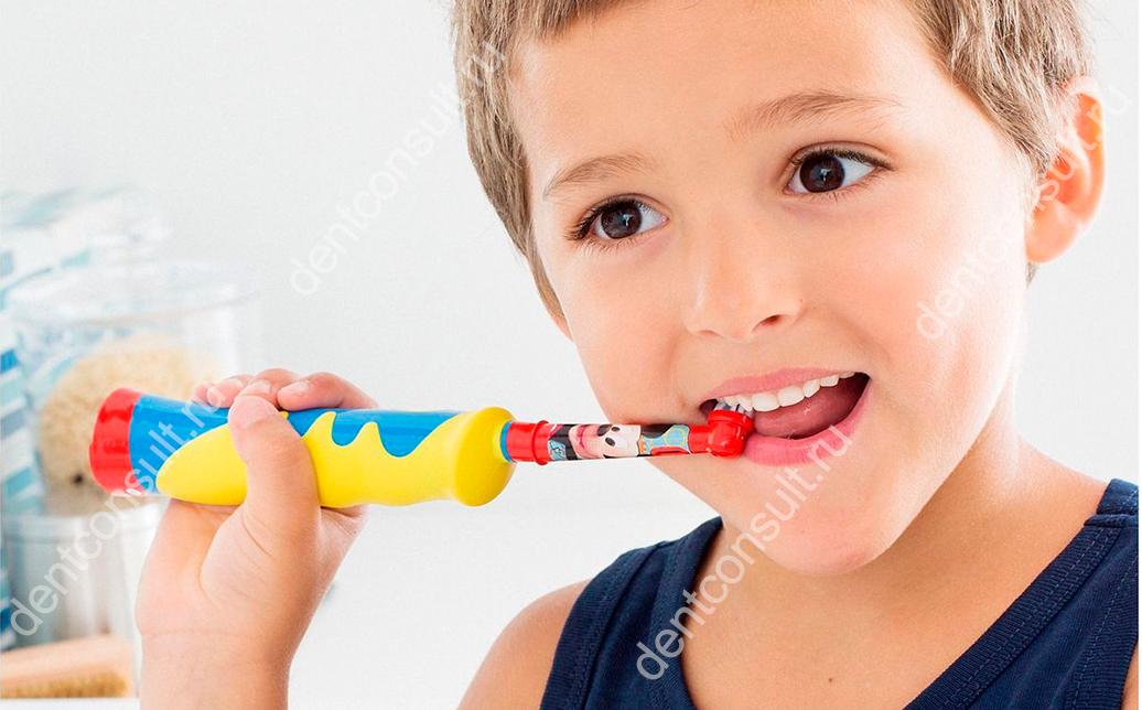 ребенок и электрическая щетка